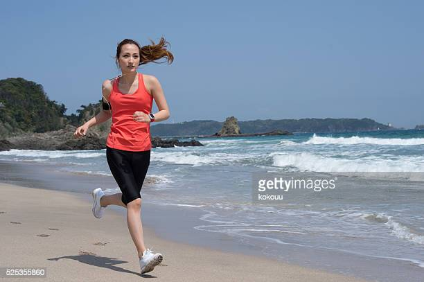 若い女性ランニングビーチの減量に
