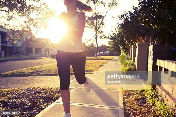 Jeune femme en train de courir