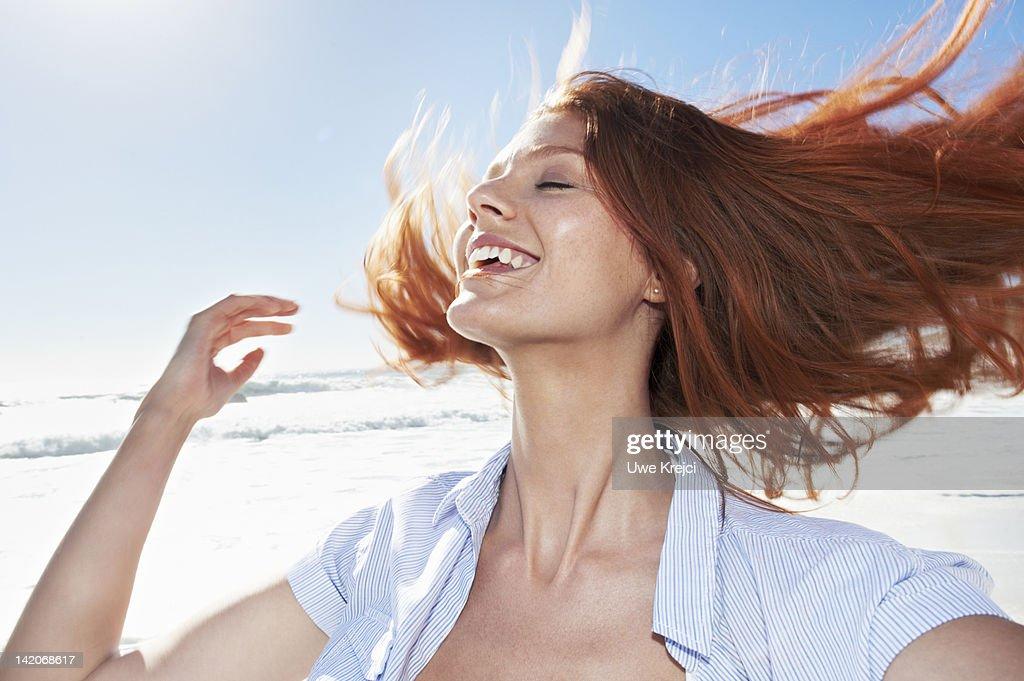 Young woman shaking head, outdoors : Foto de stock