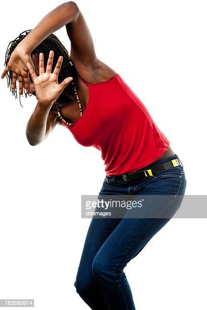 Mujer joven con las manos propia Shields