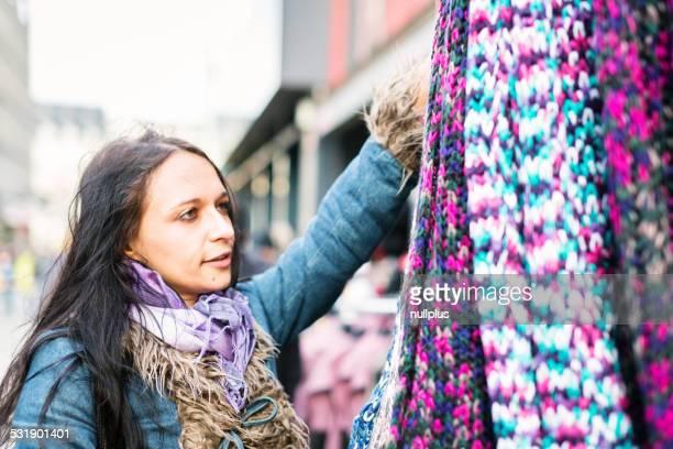 Junge Frau shopping für eine neue Schal
