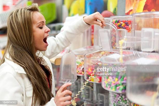 Jeune femme Shopping pour bonbons