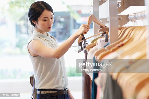 Young woman shopping for clothes : Foto stock