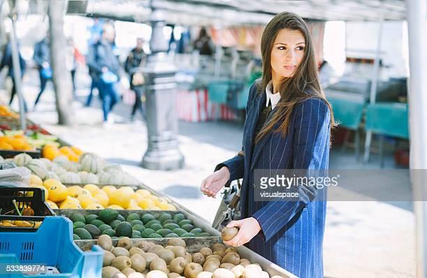 Jeune femme Shopping pour Fruits et légumes frais