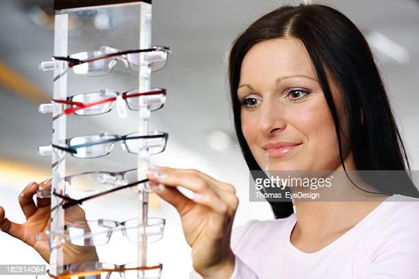 Jeune femme Shopping pour les nouvelles lunettes