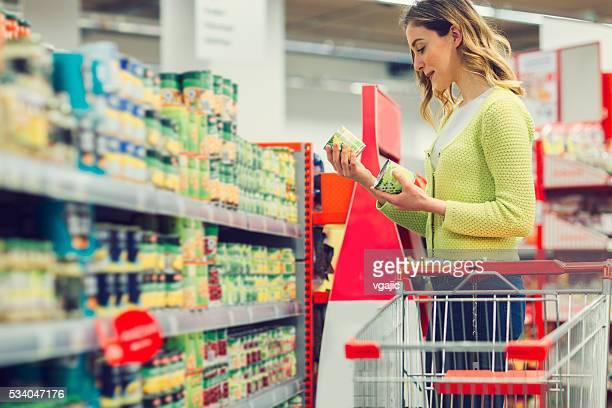 Junge Frau Einkaufen Lebensmittel.