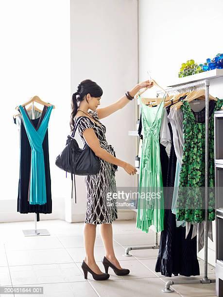 Junge Frau Einkaufen in boutique