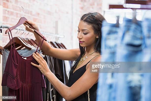 Giovane donna shopping nel negozio di abbigliamento