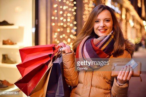 Mujer joven de compras