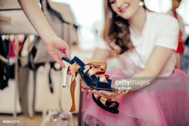 Jeune femme shopping chaussures