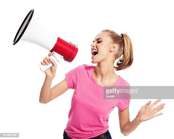 Junge Frau schreien auf Megafon
