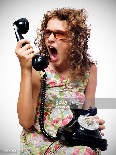 Mujer joven gritando por teléfono