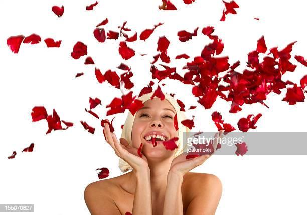 若い女性はシャワーにバラの花びら
