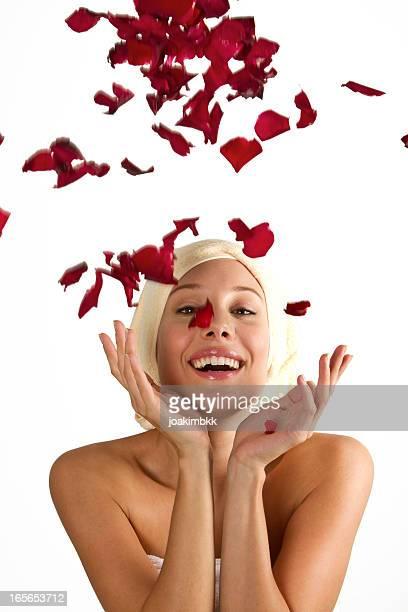 若い女性はシャワーにローズ