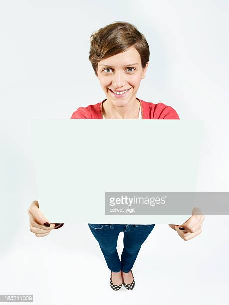 Jovem mostra vazio Quadro Branco