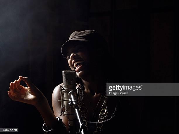 Junge Frau singen