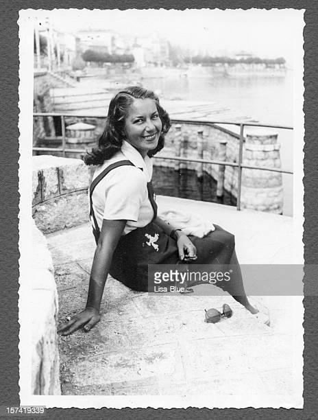 Junge Frau sitzt am Meer, 1940.Black und weiß.