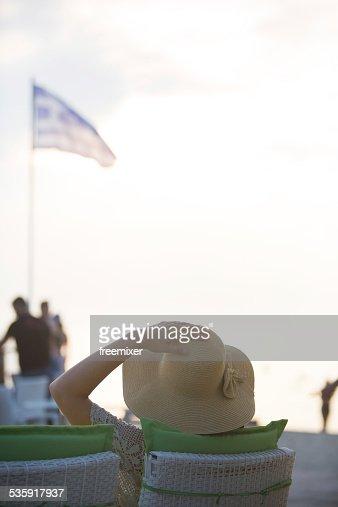 Jovem mulher sentada no restaurante : Foto de stock
