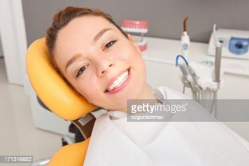 若い女性の歯の椅子に座る
