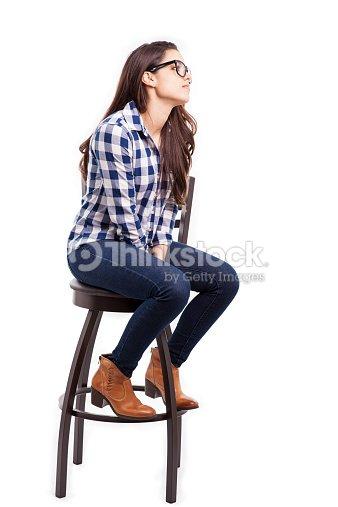 jeune femme assise sur une chaise photo thinkstock. Black Bedroom Furniture Sets. Home Design Ideas