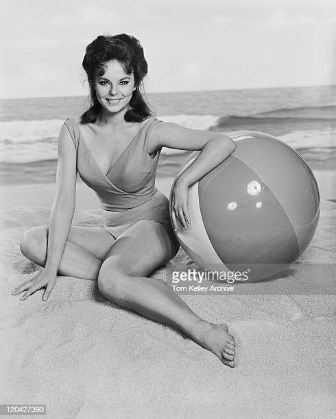 Schwarz-weißes Bild der Frau sitzt am Strand