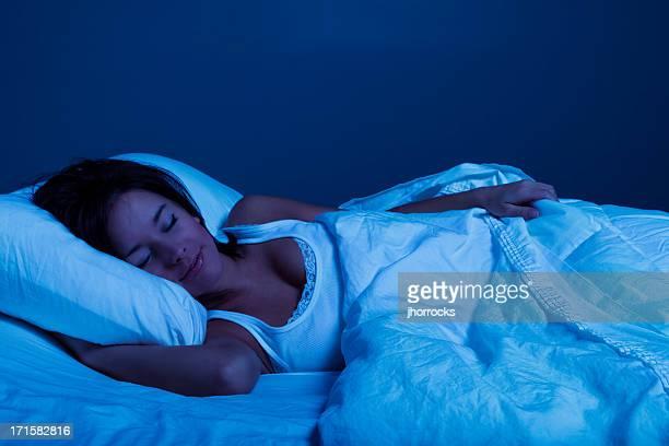 Giovane donna dormire perfetto