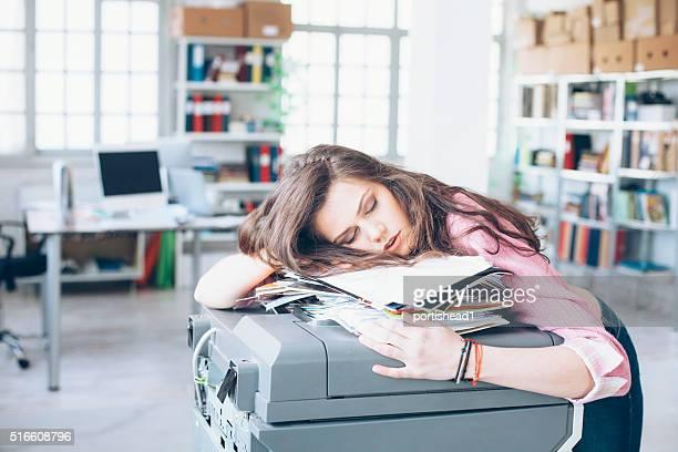 Jeune femme dormir dans le bureau