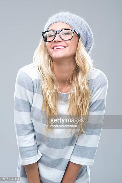 Jeune femme souriante et posant