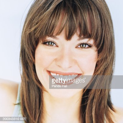 Young woman smiling, portrait, close-up : Stock-Foto