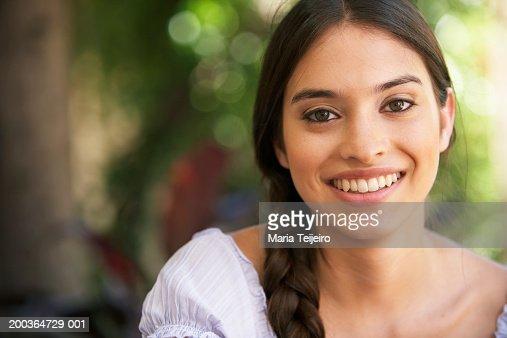 Young woman smiling, portrait, close-up : Foto de stock