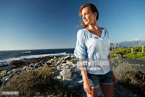 Young woman spending summer day on coastline : ストックフォト