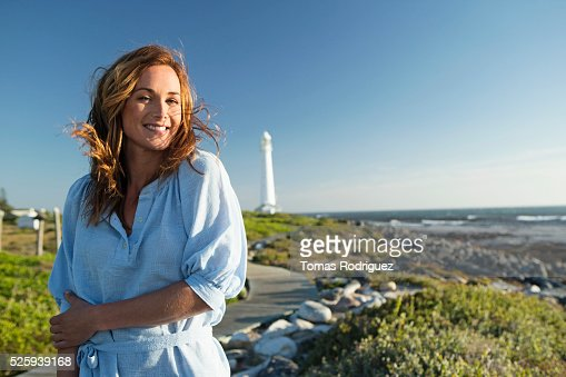 Young woman spending summer day on coastline : Stockfoto