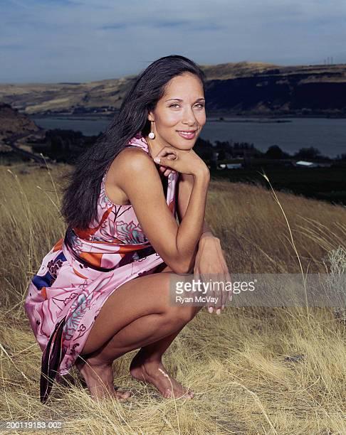 Usurpação de mulher jovem em campo, sorridente, retrato