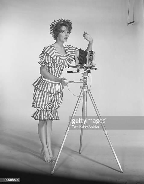 Jeune femme debout à côté de la caméra, portrait