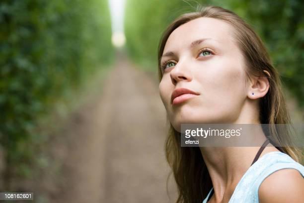 Jeune femme debout Farm Field