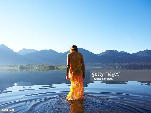 Giovane donna in piedi in un lago