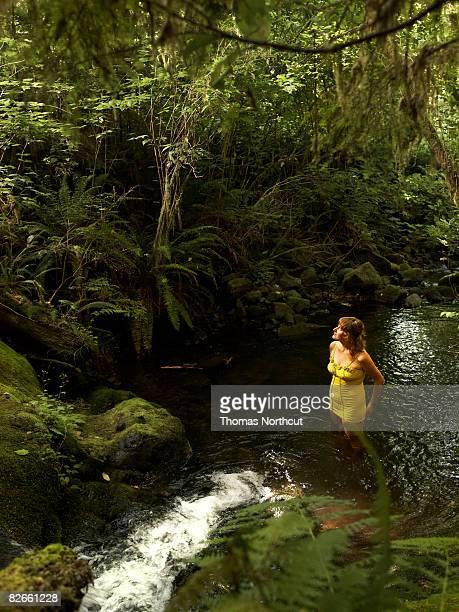 Giovane donna in piedi nel flusso