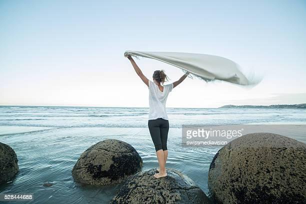 Giovane donna si trova sulla Boulder, mostra coperta in aria