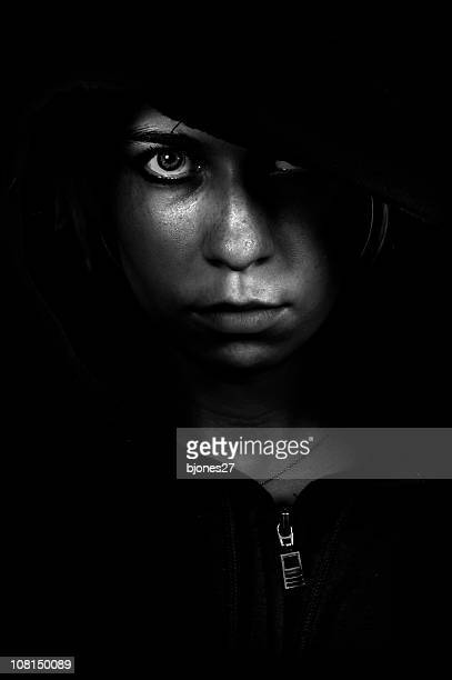 Jeune femme regardant loin, faible clé noir et blanc