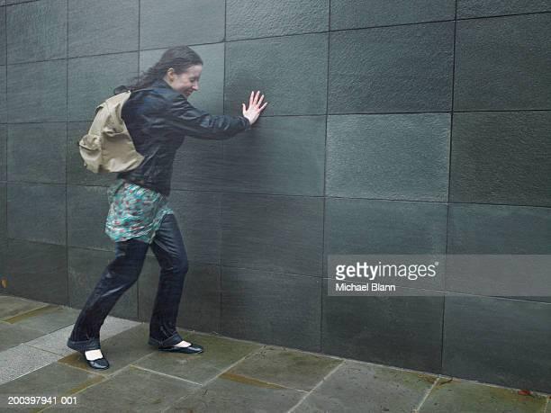 Kämpfen junge Frau, die zu Fuß in Nieselregen kommen, Augen geschlossen