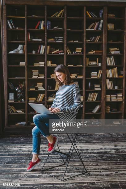 Junge Frau studieren in der Bibliothek