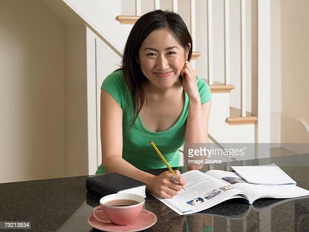 勉強する若い女性