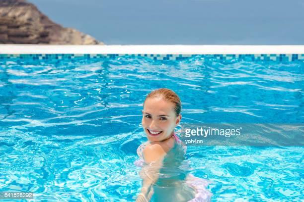 Jeune femme & dans piscine