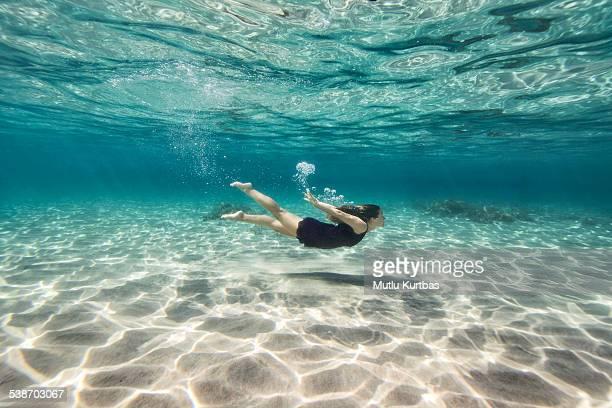 若い女性の水中