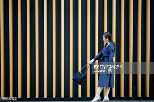 壁の前に、の若い女性のスイング baf