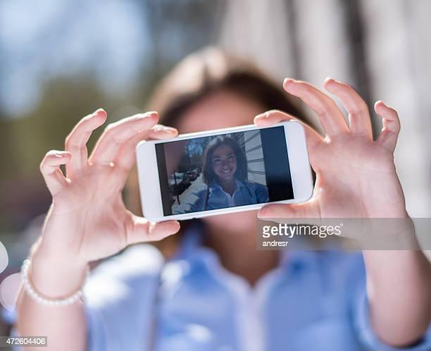 Junge Frau, die ein selfie