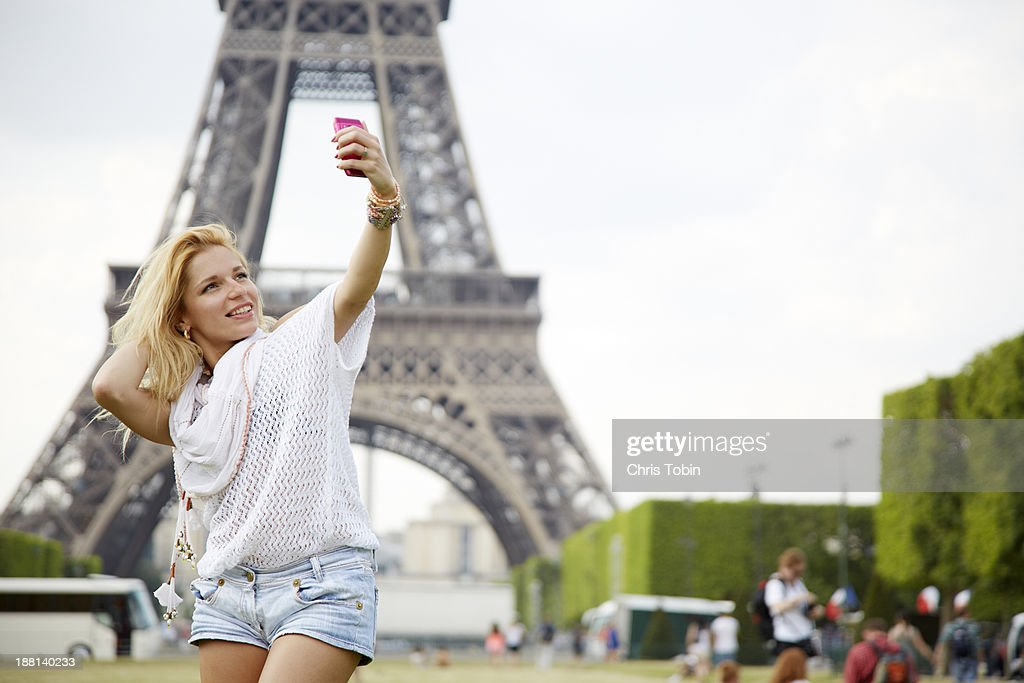 Young woman taking picture of herself Eiffel Tower : Stock Photo