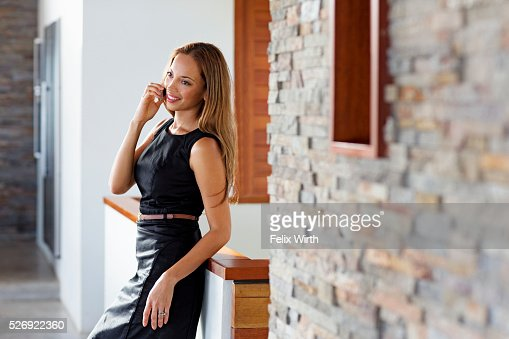 Young woman talking on phone at home : Stockfoto