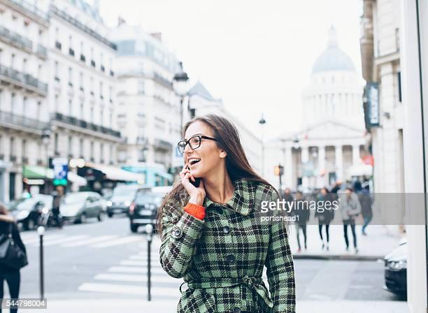 Mujer joven hablando por teléfono en el exterior