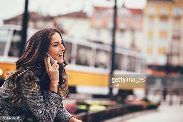 Junge Frau spricht am Telefon